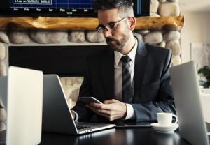 man-bureau-laptop